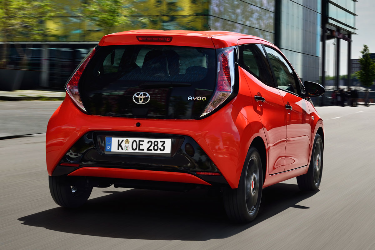 Toyota Aygo rood achter